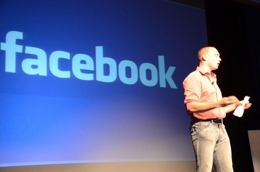 Facebook tweaks news feed